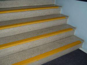 Gule trappeneser, innendørs. Trappenesene gir god luminanskontrast og er sklisikre.