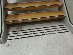 Oppmerksomhetsfelt i blank 3 mm stål med sort innlegg. Fra Oslo International School.