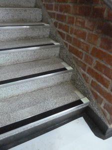 Aluminium trappeneser med sort antiskli-innlegg, med etterlysende merking på kantene. Fra Sandaker vgs.