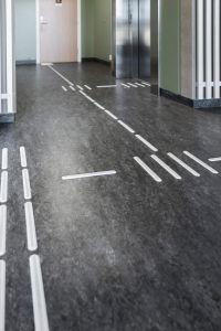 Ledelinjer med retningsendringsfelt og oppmerksomhetsfelt i hvit plast. Fra Lørenskog vgs.